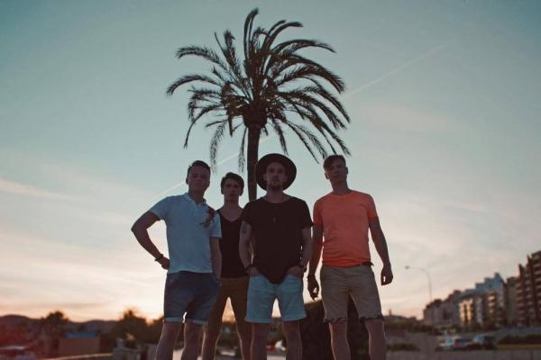Grupa Rock'n'Berries prezentē videoklipu dziesmai Zvaigznēs ierakstīts.
